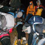 Транспорт на повреден со импровизирана носилка. Фото: А. Кленов
